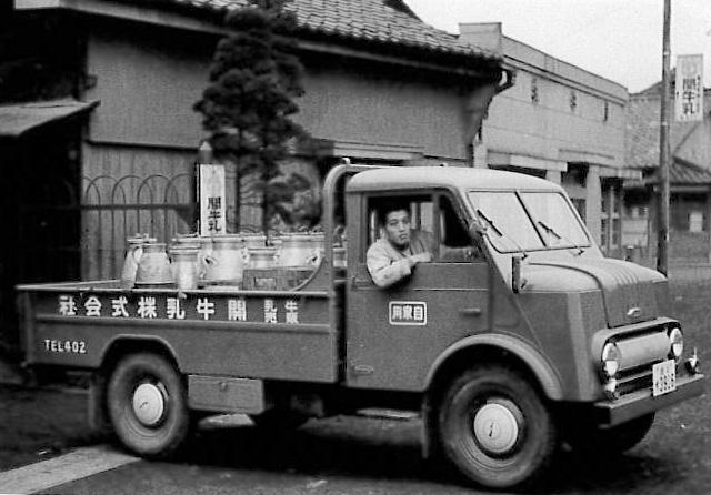 会社から牛乳を運ぶ2代目社長(昭和35年ごろ)